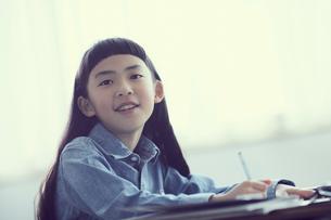授業を受ける女の子の写真素材 [FYI02620410]