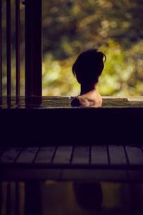 温泉に入浴するミドル女性の写真素材 [FYI02620420]