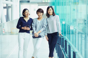 モバイルを持つ女性3人の写真素材 [FYI02620436]