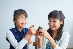 おにぎりを食べる女の子2人の写真素材 [FYI02620445]