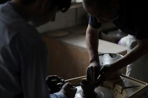 陶芸を教える陶芸家の写真素材 [FYI02620465]