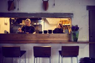 飲食店のカウンターキッチンの写真素材 [FYI02620472]