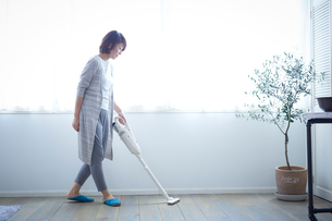 掃除をする女性の写真素材 [FYI02620476]