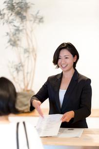 接客する旅行代理店の女性スタッフの写真素材 [FYI02620478]