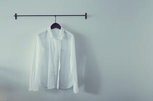 ハンガーに掛けたシャツの写真素材 [FYI02620481]
