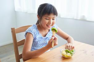 フルーツを食べる女の子の写真素材 [FYI02620483]
