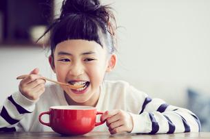 食事をする女の子の写真素材 [FYI02620487]