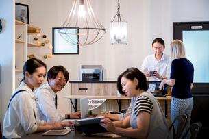 ミーティングをする外国人と日本人の写真素材 [FYI02620494]