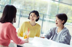 カフェで談笑する女性3人の写真素材 [FYI02620503]