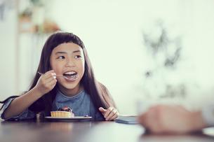 タルトを食べる女の子の写真素材 [FYI02620510]