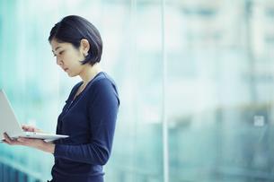 ノートパソコンを見る女性の写真素材 [FYI02620513]