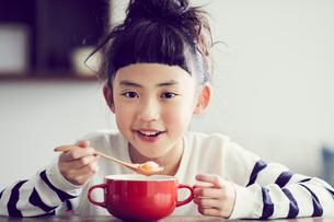 食事をする女の子の写真素材 [FYI02620520]