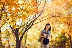 紅葉とミドル女性の写真素材 [FYI02620529]