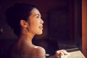 温泉に入浴するミドル女性の写真素材 [FYI02620533]