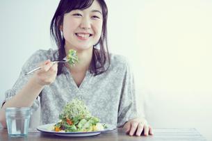 サラダを食べる女性の写真素材 [FYI02620556]
