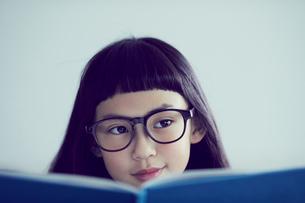 本を読むメガネをかけた女の子の写真素材 [FYI02620563]
