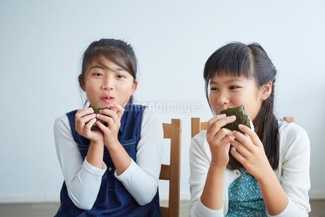 おにぎりを食べる女の子2人の写真素材 [FYI02620565]