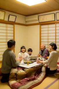 こたつで食事をする家族の写真素材 [FYI02620566]