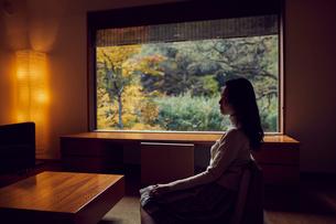 宿のラウンジでくつろぐミドル女性の写真素材 [FYI02620570]