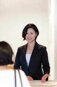 接客する旅行代理店の女性スタッフの写真素材 [FYI02620571]