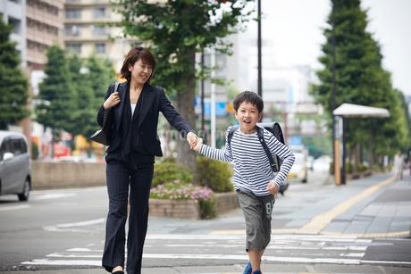 手をつなぐ男の子と母親の写真素材 [FYI02620574]