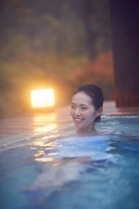 露天風呂に入浴するミドル女性の写真素材 [FYI02620575]