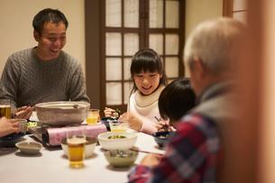 こたつで食事をする家族の写真素材 [FYI02620591]