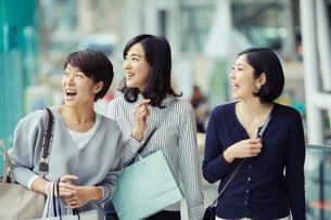 ショッピングを楽しむ女性3人の写真素材 [FYI02620595]