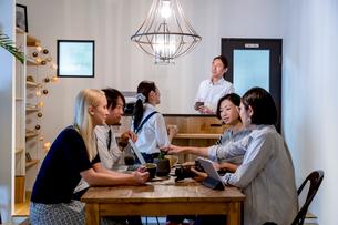 ミーティングをする外国人と日本人の写真素材 [FYI02620605]