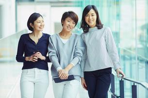 モバイルを持つ女性3人の写真素材 [FYI02620608]