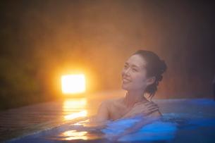 露天風呂に入浴するミドル女性の写真素材 [FYI02620609]