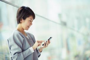 スマートフォンを操作する女性の写真素材 [FYI02620613]