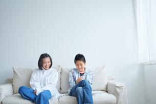 ソファに座る10代の男の子と女の子の写真素材 [FYI02620618]