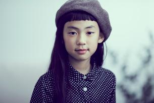 ベレー帽を被った女の子の写真素材 [FYI02620626]