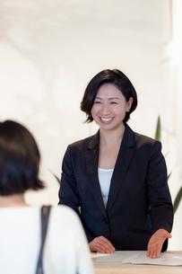 接客する旅行代理店の女性スタッフの写真素材 [FYI02620627]