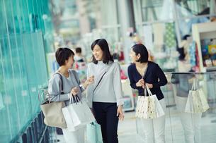 ショッピングを楽しむ女性3人の写真素材 [FYI02620636]