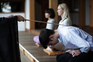 座禅をする外国人3人の写真素材 [FYI02620638]