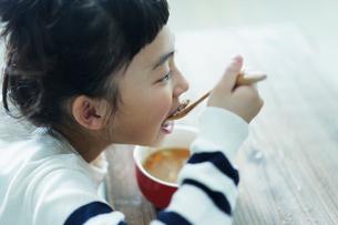 スープを飲む女の子の写真素材 [FYI02620639]