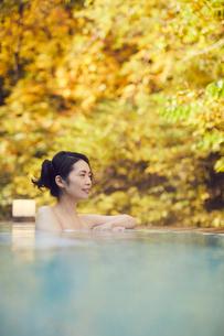 露天風呂に入浴するミドル女性の写真素材 [FYI02620647]