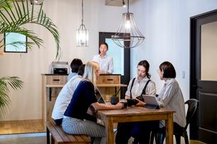 ミーティングをする外国人と日本人の写真素材 [FYI02620651]