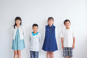 4人の子供たちの写真素材 [FYI02620656]