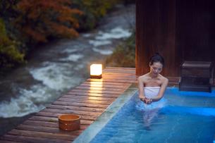 露天風呂に入浴するミドル女性の写真素材 [FYI02620670]