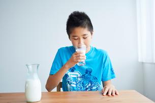 牛乳を飲む男の子の写真素材 [FYI02620676]