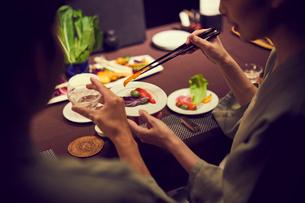食事をする浴衣姿のミドル夫婦の写真素材 [FYI02620686]