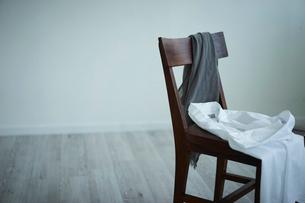 椅子と洋服の写真素材 [FYI02620690]