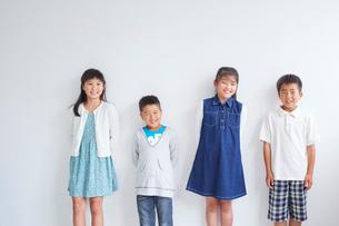 4人の子供たちの写真素材 [FYI02620693]