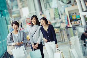 ショッピングを楽しむ女性3人の写真素材 [FYI02620702]