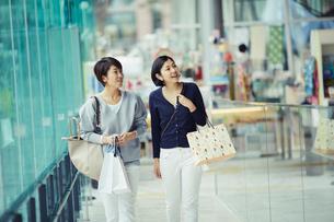 ショッピングを楽しむ女性2人の写真素材 [FYI02620712]