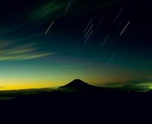 聖岳よりオリオン座と黎明の富士山の写真素材 [FYI02620984]