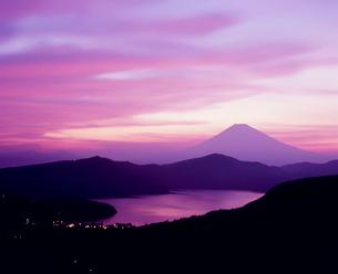 箱根大観山より夕焼けの芦ノ湖と富士山の写真素材 [FYI02621187]